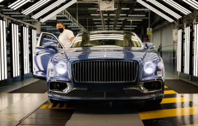 宾利飞驰V8生产开始并排在W12版本旁边