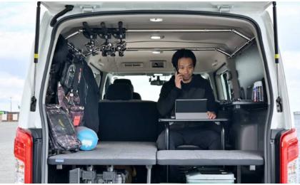 日产的面包车生活概念包括可在路上工作的小桌子