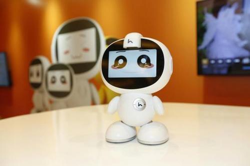 小哈机器人作为AR早教机器人能让2D图片拥有3D的立体感