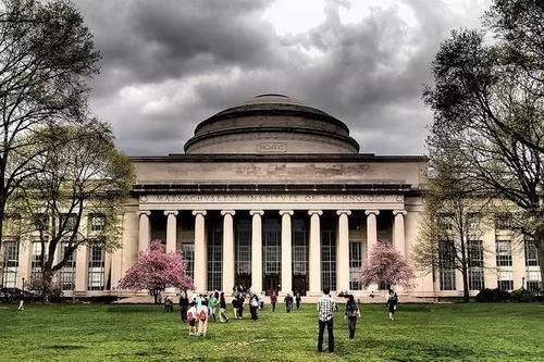 因其研究和研究方法的相似性而被视为麻省理工学院