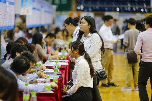 推动稳就业政策向高校毕业生重点倾斜
