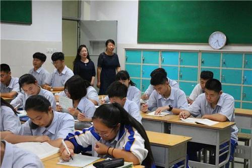 以教师为本以学生为中心的育人思想体现在服务师生的每一个环节