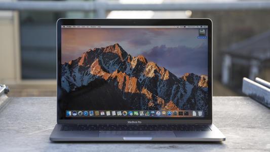 MacBook为特色的草图前写着苹果公司提供的SNL的促销注意事项