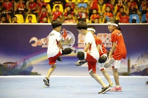 激烈的脚斗娃竞赛及基本动作展示更是引起了现场阵阵掌声