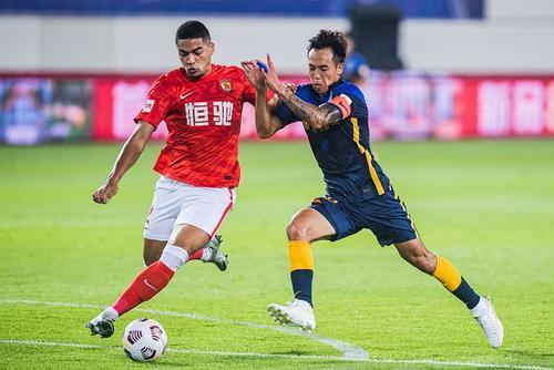广州城与山东泰山均以2胜1平的战绩分列前两位
