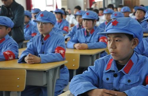 内蒙古通辽红军小学的学生们在野外徒步训练中重走模拟长征路