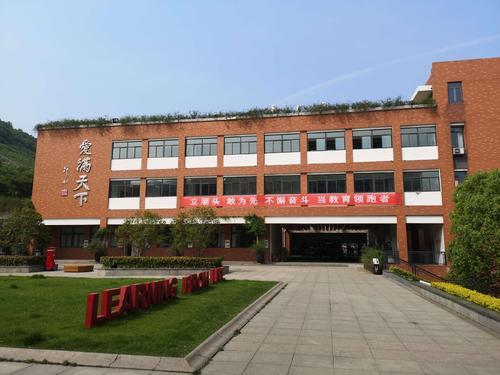 南京市金陵小学是南京市首所让学生走出校园学习帆船运动的学校