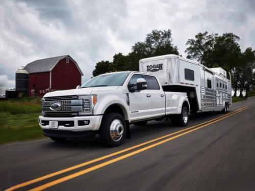 福特SuperDuty拖曳的53英尺移动保龄球馆正在帮助