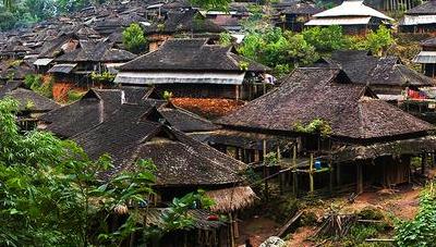 一些景颇族大妈就会直接背到傣族村寨进行物物交换