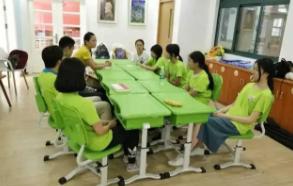 暑托班学生的学习和看护主要由教师志愿者及社区工作人员来完成