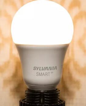Sylvania的HomeKit智能灯泡拧入打开与Siri同步