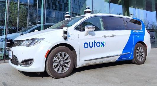 AutoX无人车就遇到了挤满整段小路的密密麻麻的行人和车辆
