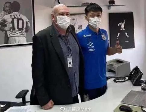 巴西桑托斯足球俱乐部24日与中国天津籍球员肖俊龙签署了三年合约