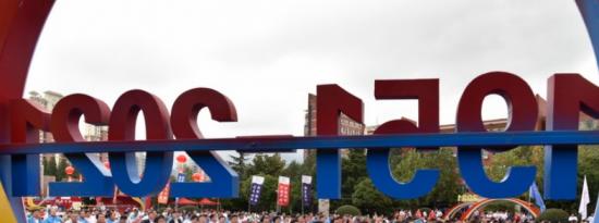 山东科技大学建校70周年庆祝大会在庄严的国歌声中拉开帷幕