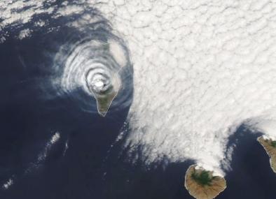 拉帕尔马火山喷发上空形成引人注目的牛眼状云
